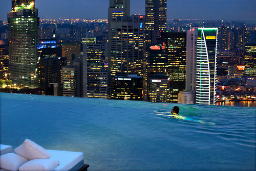 amazing, boy, city, edificios, luxury, night, noite, piscina, pool, swimming, water