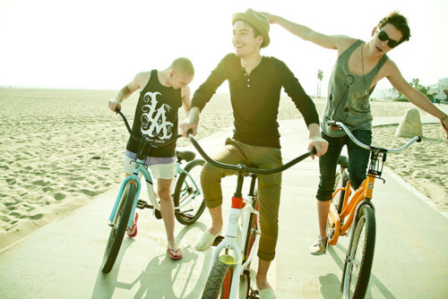 beach, bicicletas, bike, bikes, boy, cool, cute, friends, guys, hat, not the maine, ridding, sand, sun, sunglasses, the maine, tshirt
