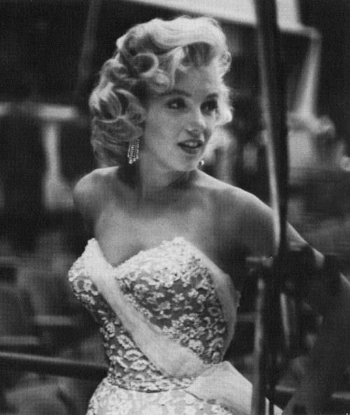 amazing, ballet, boy, chanel, christmas, cute, dress, expresion, fashion, girl, gossip girl, love, marilyn, marilyn monroe, monroe, old, old times, paris, photography, pink, smile, style, vintage