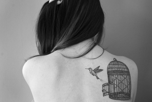 *-*, b& w, back, beautiful, bird, bird tatuagem gaiola, birds, black and white, female, gaiola, girl, happy, liberte-se, minha paz, nice, passaro, photo, photograph, photography, picture, pretty, skinny, tatoo, tatto, tattoo, tatuagem, woman
