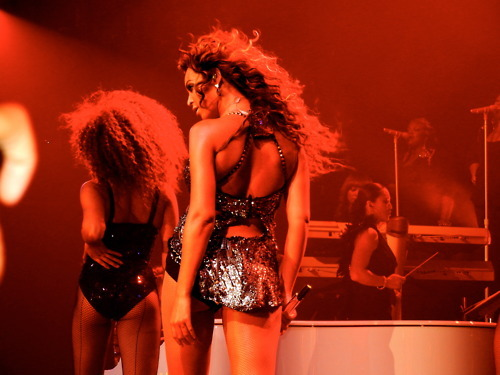 adorable, back, beautiful, bey, beyonce, concert, diva, flawless, hair, king b, light, live, live at roseland, lovely, mic, perfect, red, sexy back
