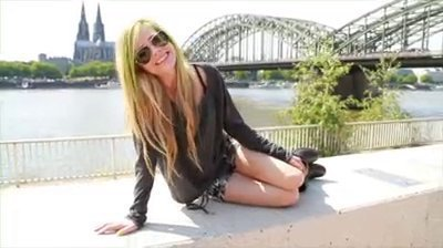 avril lavigne, blonde, cute, girl, green, hair, happiness, holiday, nature, paradise, sexy, sky, smile, tataribeiro