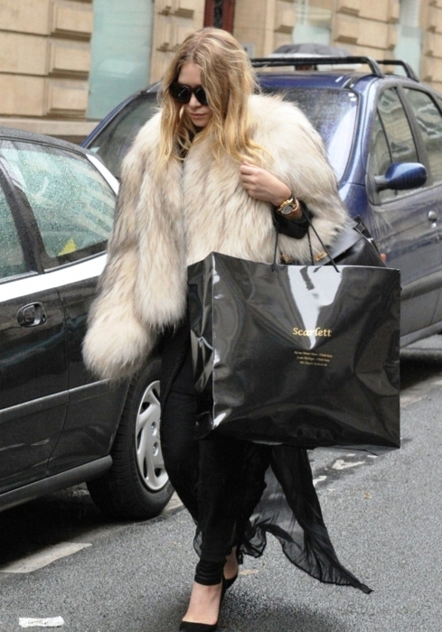 accessories, actress, black, blonde hair, blondie, closet, clothes, edgy, famous, fashion, fur, jeans, mary-kate olsen, olsen, outfit, shopping, shopping bag, street style, style, sunglasses, watch