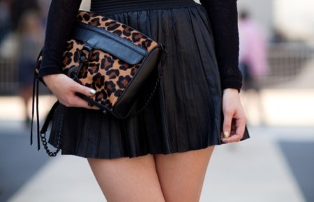 all black, black, chain, fashion, handbag, handpurse, legs, leopard print, pleated, pleated skirt, pop of color, print, street fashion, street style