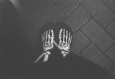 b&w, black and white, feet, skeleton, skull