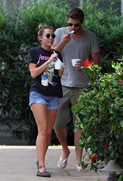 couple, cyrus, legs, liam, liam hemsworth