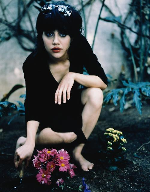 actress, black, brittany murphy, cute, dead, feet, flowers, girl, hair, hollywood, lipstick, make up, makeup, photography, sunglasses