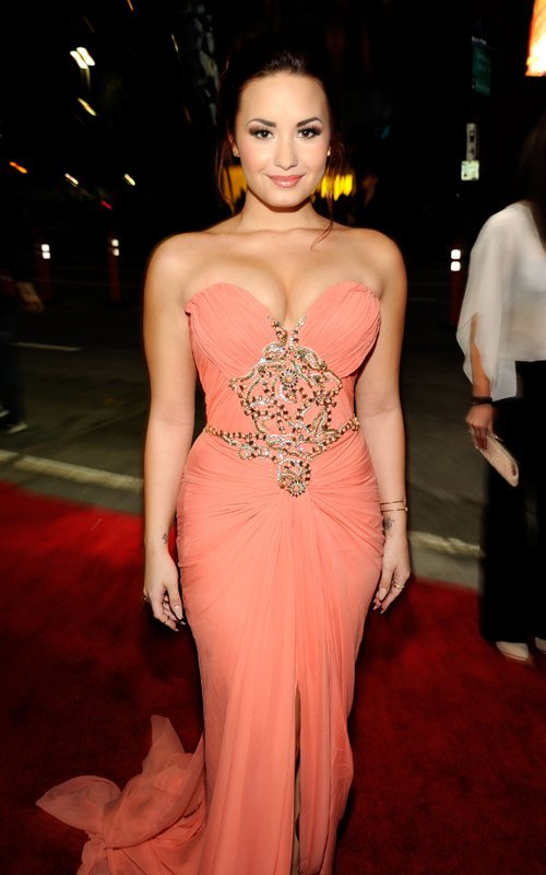 caralho, carpet, demi, demi lovato, dress, eyes, lips, lovatics, lovato, make up, pretty, red, red carpet