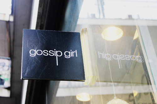 fashion, girl, gossip, gossip girl, reflection, shopping, sign