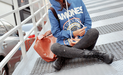 acid jeans, bag, boots, fashion, girl, hoodie, jeans, model, outfit, photography, pretty, ramones, skinny, style, sweater, thin